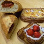 37564933 - ドライトマトとチーズのフランスパン断面、自家製カスタードのデニッシュ(右奥)