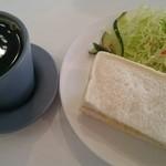 カフェ・ド・スタール - 料理写真:玉子サンドとコーヒー。