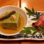 つきじ宮川本廛 - 前菜(ヨモギの胡麻豆腐とローストビーフ)