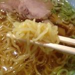 夢館 - 麺は中細の縮れ麺。