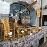 エピドール - 釜の前に並ぶ、ご自慢の田舎パンたち。