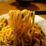 37576784 - 台湾混ぜそば・ガヤ赤(820円)・麺リフト