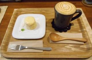 オレンチ カフェ - お店の看板 オレンチフロマージュとキャラメルカプチーノ