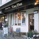 Tiny Bee - 改装前の店舗。出窓が左、入口が右