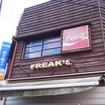 フリークス - こちらは『ジャンクカフェ フリークス』というお店。 ドッグカフェみたいに、わんちゃんOKのカフェなんだよ。 お散歩中のわんちゃんを連れて、 ぷらっと立ち寄るご近所の方も多いそうです。