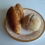 37598772 - お醤油のパンとライ麦パン