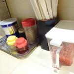 麺屋台 横綱家 - 卓上の調味料