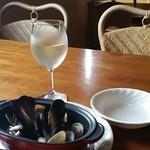 37599992 - 【H27.5.4.】グラスワイン白500円。アサリとムール貝の白ワイン蒸し700円。