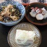 3760288 - ご飯セットには3つの小皿がつきます。