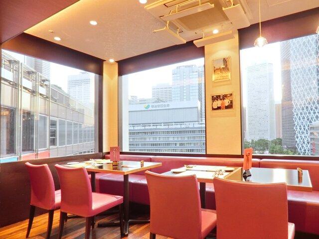カフェ・トロワグロ - 店内のテーブル席の風景です