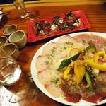 ライノスキッチン - グリル大根と明太子のカルパッチョ(奥)カルパッチョ三種盛り¥980