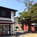 カフェ タブノキ - カフェの建物とタブノキ