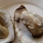 産直しずくいし - 料理写真:三陸・山田町の牡蠣の蒸し焼き1個250円。小さい方はオマケ。