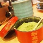 京寿司 - 抹茶のお茶 テーブルで