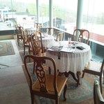 セリナ - 店内 窓側にテーブル席が4組