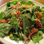 ビアカフェあくら - ほうれん草とベーコンのサラダ
