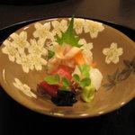 3762674 - お刺身盛り合わせ。鯛は天然でしょう。甘くて美味しかったです。