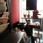 エノテカバール プリモディーネ - カウンターにはカフェに関する雑誌が豊富で読み放題◎