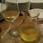 37621520 - 白ワインのデキャンタ