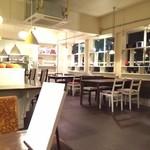 エントロ スープ&タパス - 店内(テーブル席)