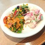 シズラー - サラダバー(グリル野菜のクスクスサラダ、トスカーナ風ビーンズサラダ、シーフードサラダ)