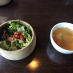 37626359 - セットのサラダとスープ