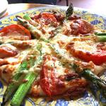 ベンチタイム - アスパラとトマトのピザ  ¥890