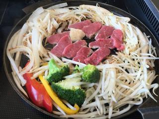サッポロビール園 ジンギスカンホール - 野菜に火が通り始めたら真ん中を開けて肉を焼く