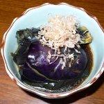 播州地鶏焼鳥 元気 - 突き出しです。茄子のおひたしです。いい感じの味付けでした。