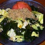 播州地鶏焼鳥 元気 - 元気サラダです。ジャコとワカメのヘルシーサラダです。これも美味しかったです。トマトまで全て食べつくしました。