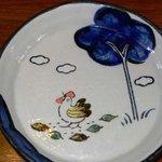 播州地鶏焼鳥 元気 - 可愛いお皿です。こんなお皿は大好きです。