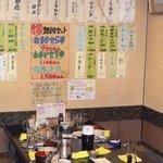 播州地鶏焼鳥 元気 - お店に入るとカウンター席が7~8席あります。そして奥にテーブル席があります。団体さんが予約で取っているケースが多いんでしょうね。