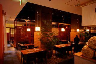 羅豚 川崎店 - 天井も高く開放的でシックな店内