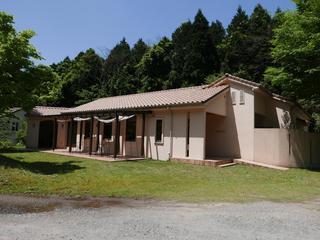 ブラッセリー ラシュレ - 新緑の南阿蘇に南仏風のラシュレの建物が映える。