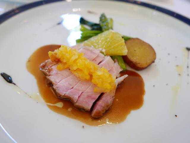 ブラッセリー ラシュレ - ほぼ無菌状態で育った阿蘇の自然豚のロースを丸ごとオーブンで。熊本の晩柑でつくったままレード風のソースで。