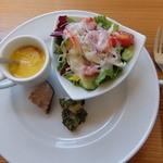 國屋 - 前菜。サラダに人参スープ。筍のバジル和え、椎茸の肉詰め。