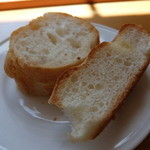 國屋 - 自家製パンには、オリーブ油が添えられてます。