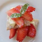 國屋 - 食後のデザートは、苺とカスタードクリームのパイ。