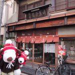 塩伊 - 名探偵コナン七幸めぐりウォークラリーで大阪・平野に やってきたボキら。『カフェ フリークス』→『大念仏寺』 →『トロワ』と来て、最後にやってきたのはこちらの 老舗和菓子店『塩伊』だよ。