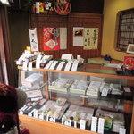 塩伊 - お店の中に入るとこんな感じ。 老舗の和菓子屋さんらしい内装だよね。  ちびつぬ「こんにちは~」