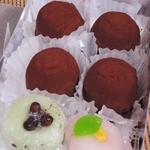 塩伊 - 持って帰る間に、生チョコ大福のチョコパウダーが 他の和菓子に飛んじゃいました