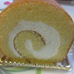 ペストリーブティック - 金太郎卵を使った生地で生クリームを包んだやや重みのあるロールケーキです。