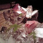 魚匠 銀平 - 大きな氷の上にお刺身が!迫力!