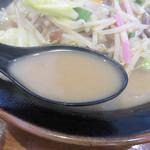 明日香 - スープは軽くプンと香る豚骨スープ。 豚骨のコクと野菜の旨さ・甘さがありながら、低脂肪だと思います。 炒め野菜にはニンニクが効かせてある感じです。