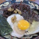 明日香 - キクラゲラーメン680円+生卵50円。 カリカリ背脂クルトンがのってます。豚骨度は高く、低脂肪。