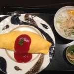 崎さん家 - オムライス900円 ミニサラダと漬け物付き