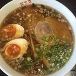 麺工房 きわみや - 味玉らーめん醤油680円  味玉らーめんの方は、カツオや鶏の醤油味。こちらはかなり甘味が強いスープでした。背脂も多少浮いていて、尾道らーめんを彷彿させます。麺は細麺で固め茹で。スープとマッチして美味いです。チャーシューホロホロ系の柔らかタイプです。