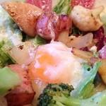 37655929 - 季節野菜のリヨン風サラダ 温泉卵添え