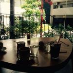 CAFE EST - 少し高い席で人通りを見下ろせます♪( ´▽`)