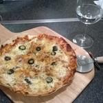 ありがとう - オリーブとアンチョビのピザ。これはアルコール全般に合いそう。